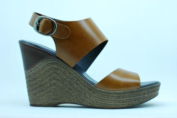 Sandalia de piel con piso de cuña y planta fabricación confort, un placer a cada paso. #cuñas #tendenciasverano www.dicarolo.com