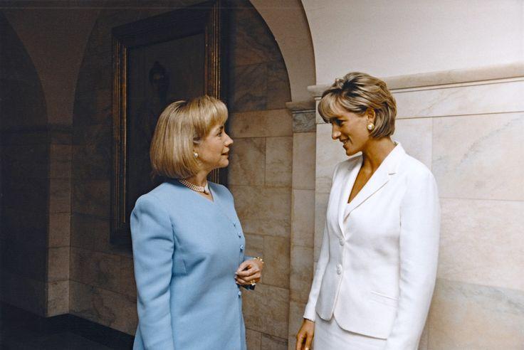 Première dame, Hillary Rodham Clinton rencontre la princesse Diana à la Maison Blanche à Washington, DC en 1997.