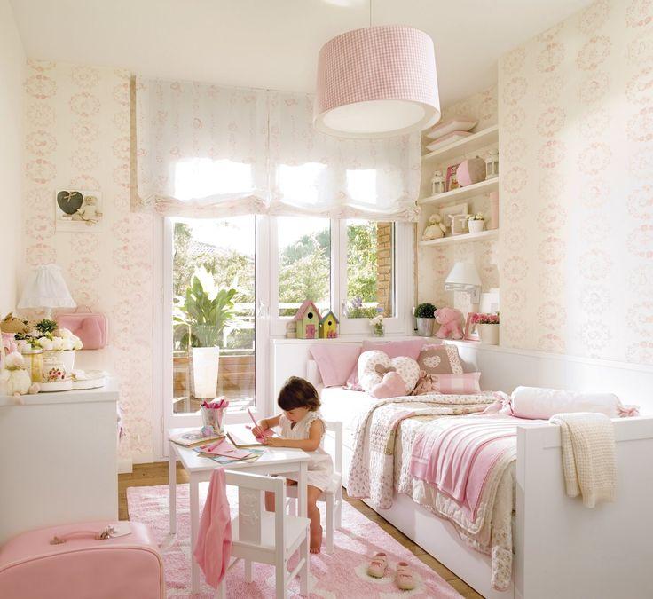 Niños - Recamara de tonos claros con cama individual, detalle de tapiz y colgante al centro: