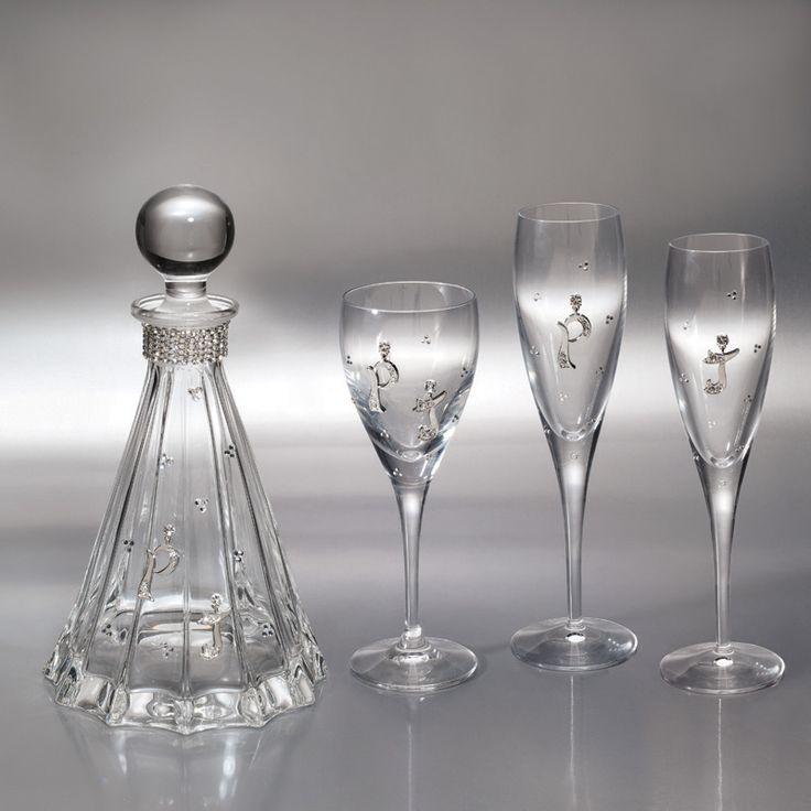 Βάλτε τα δικά σας αρχικά να στολίζουν την καράφα και τα ποτήρια του γάμου σας! Σετ τριών ποτηριών και καράφα ιταλικής προέλευσης από κρύσταλλο υψηλής ποιότητας, διακοσμημένο με λαμπερά στρας και τα αρχικά σας απόρινίσματα Πιούτερ.