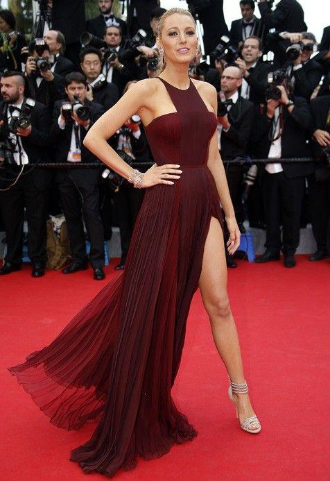 Blake Lively gaat Angelina Jolie achterna en showt haar ellenlange benen op de rode loper van Cannes.