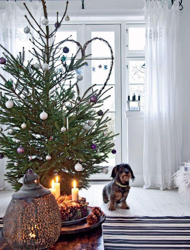 Jean og Eddie Schyberg lægger vægt på, at dekorationerne til jul falder naturligt ind i deres rene boligstil holdt i hvid og sort med masser af naturlige elementer. I år byder julen især på masser af smukke grangrene, store hvide stjerner og kontrastfulde julekugler.