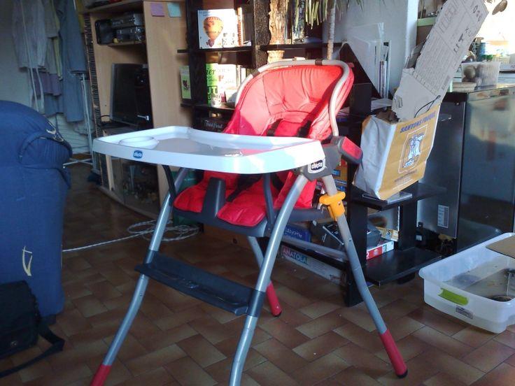 Chaise haute Jazz rouge Chicco, pieds écartés en aluminium très stables, assise en plastique et dossier triple position en plastique souple. Pliable extra-plat. A partir de 6 mois. Location Chaise haute Chicco à Saint-Romain (21190)_ www.placedelaloc.com/location/puericulture/chaise-haute-siege-de-table