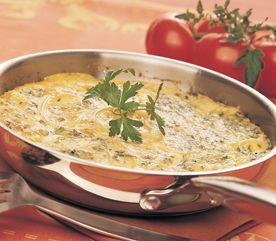 À la différence des omelettes classiques, juste poêlées, les frittatas italiennes sont parsemées de fromage puis gratinées sous le gril du four. Celle-ci, garnie de saumon, offre un apport protéique très généreux. Elle sera encore meilleure servie avec des tomates cerises légèrement grillées et de la ciabatta.