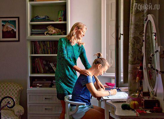 «Я из тех женщин, которые пребывают в эйфории и вовремя беременности, и при родах, ипосле родов. Рождение детей — самое большое счастье, которое я пережила!» Юлия Высоцкая с дочкой Машей. (На Юлии платье MICHAEL KORS_