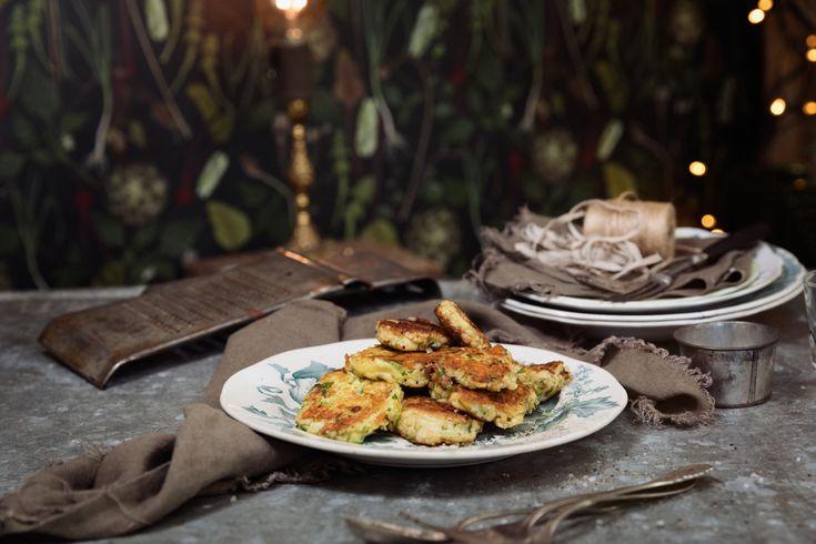Kokt potatis är den ultimata restmaten, den går det att göra allt möjligt med – till exempel de här supergoda plättarna med ost och salladslök. Perfekt till brunchen eller lättlunchen.
