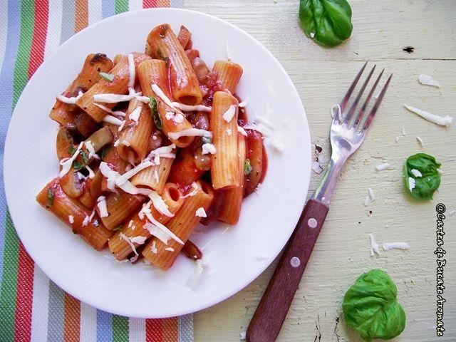 Rigatoni cu sos de roşii, ciuperci şi mult busuioc