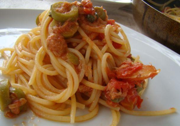 Spaghetti al cartoccio con sugo di capperi e olive verdi