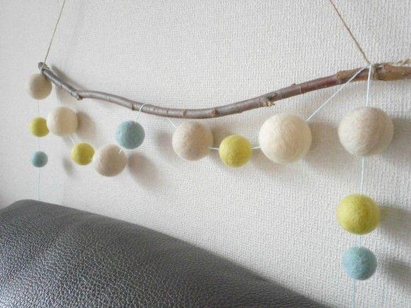 染色羊毛を専用ニードルでチクチクとフェルト化して作ったフェルトボール。ライトブルー/ミントグリーン系の麻糸でつないでガーランドにしました。 壁に飾ってガーラン...|ハンドメイド、手作り、手仕事品の通販・販売・購入ならCreema。