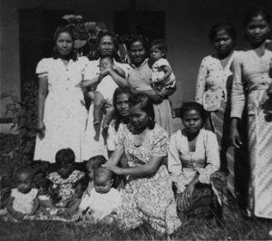 bandung  Midden(achter de voorste tante): mamma Jo en achter (tweede van links): tante Kempa en de baby in haar armen is Johanna Kempa