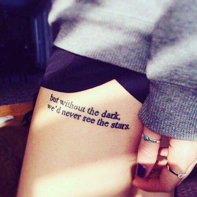 tatuaje frase en la pierna