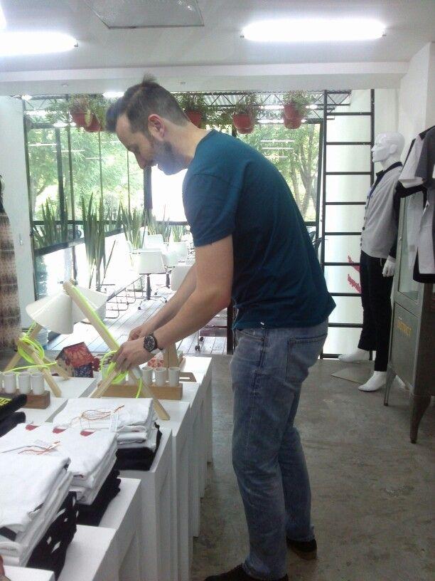 Juanchi Torre, el director de CMN,  trabajando en la nueva tienda de Polanco. ¡Visítanos! Homero esquina con Edgar Allan Poe 308.