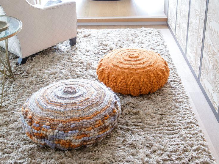 Eine runde Sache: Die hübschen Bodenkissen sind aus Merinowolle mit dicken Nadeln fix gestrickt, meist glatt rechts/links. Nur das Noppenmuster verlangt etwas Aufmerksamkeit.