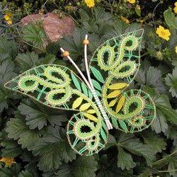 U těchto motýlů jsem drátek využila ke zpevnění okraje. Zároveň je díky tomu možné křidélka pěkně vytvarovat. Ze všeho nejdříve jsem upaličkovala z drátků řetízkem obrys motýla a teprve do tohoto obrysu jsem vpaličkovala krajku.