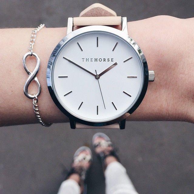 Relógio no ton claro, pulseira do infinito