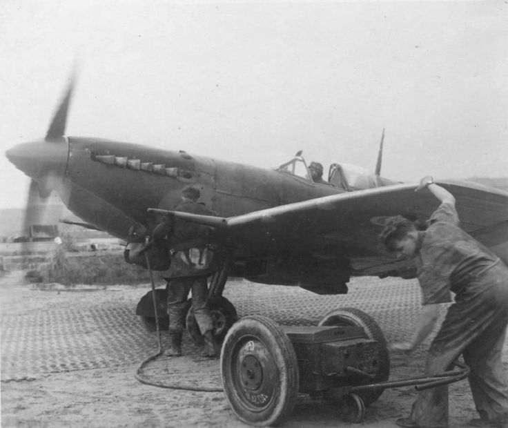 """Starting the engine fighter """"Spitfire"""" 40 Squadron South African Air Force"""