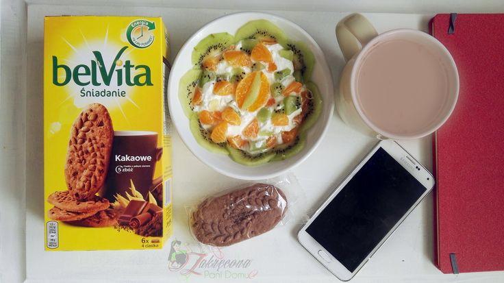Pomysł na pyszne i zbilansowane siadanie z #belvita . Twarożek śmietankowy z owocami do tego gorące kakao i pyszne zbożowe ciastka belvita kakowe .  Taki zestaw na śniadanie to doskonałe źródło węglowodanów, wapnia i białka oraz witamin.  Energia na cały poranek zagwarantowana  #żona #zakreconapanidomu #dlaMistrzówPoranka #belvita #streetcom