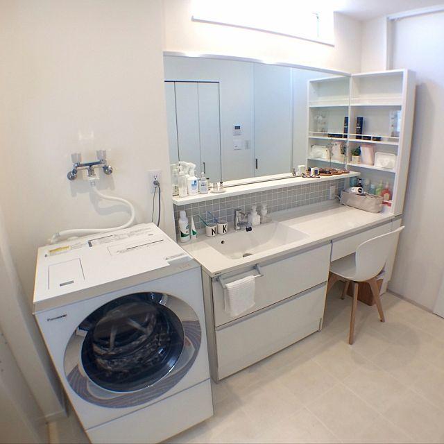 女性で、のboconcept/タイル/IKEA/キューブル/LIXILタイル/無印良品…などについてのインテリア実例を紹介。「イベント参加* わが家のパナソニック〜洗面・トイレ編〜 洗面はパナソニックのシーライン、洗濯機はキューブルです。 座りながらメイクやドライヤーをしたくて、この形になりました。 椅子はダイニングと同じものを。 来客があった時に洗面室と、寝室から持ってくると6脚揃うようにしています♪ 洗面脱衣室は、とにかくお気に入りの場所です(´ε` )」(この写真は 2017-01-21 15:05:46 に共有されました)