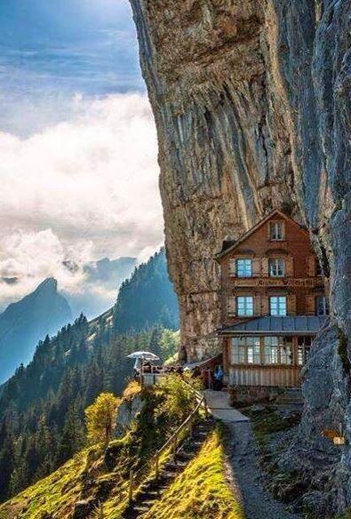 Ihr sucht das gewisse Etwas und einen echten Kick? Hier kommen für euch die zehn außergewöhnlichsten Hotels in Europa. Da kommt garantiert keine Langeweile auf...