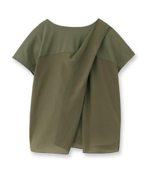 シルキーコットンの布を胸元で光沢のある布で切り返したTシャツ。透け感のある素材でほどよいフレアが女・・・