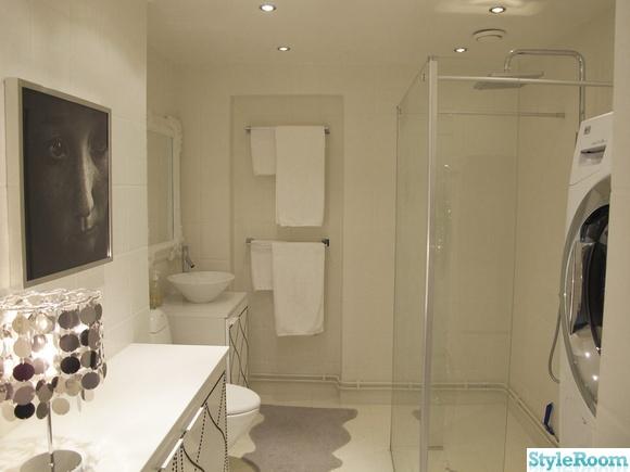 ikea,bestå,möbelspik,krom,bordlampa,tavla,foto,konst,handfat,spegel,toalett,badrum,dusch,tvättstuga,tvättmaskin,torktumlare,fårskinn,duschvägg,handdukar