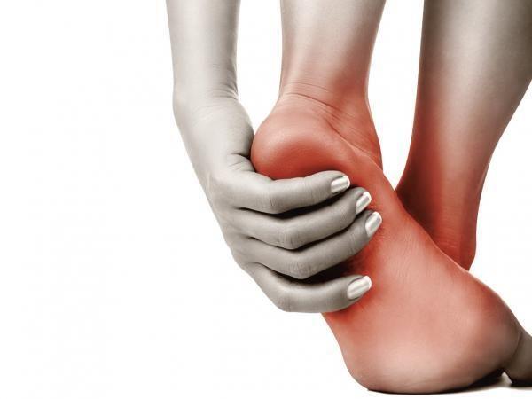 Como se recuperar da fascite plantar. A fascite plantar é uma doença caracterizada pela dor e pela rigidez na parte inferior do pé. Esta dor costuma ser pior pela manhã ou durante uma atividade vigorosa e afeta 10% da população, sendo mai...