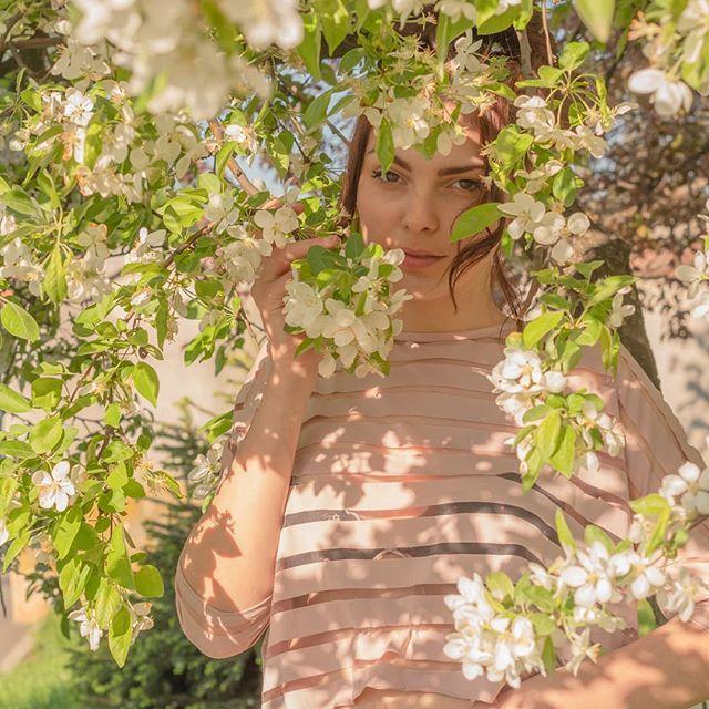 #day #portrait #portrait_shots #portrait_vision #portraitmode #photoshoots #photography #naturallightportrait #color #colorphotography #agameoftones #agameofportraits #dslr #girlphotography #girl #park #romaniangirl #orastie #portraitmood #photopose #colorphotography #colorportrait #canon1300d #yongnuo50mm  #photographylover #tree #flowers #whiteflowers