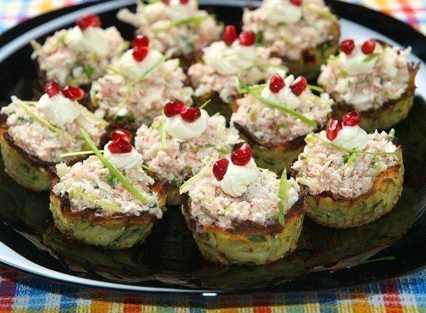 Еще больше рецептов здесь https://plus.google.com/116534260894270112373/posts  Картофельные гнезда с начинкой из крабового мяса Ингредиенты: Для корзиночек 2 картофелины 1 яйцо 1 ст.л. рубленой петрушки щепотка мускатного ореха 1 ст.л. ОМ  Для начинки 200 г крабового мяса (креветок, раковых шеек, даже крабовые палочки сойдут) 1/2 большого зеленого твердого яблока 1 ст.л. рубленой петрушки 1 ст.л. лимонного сока соль, перец зерна граната 1 ст.л. ОМ  Приготовление: 1. Картошку натереть на…