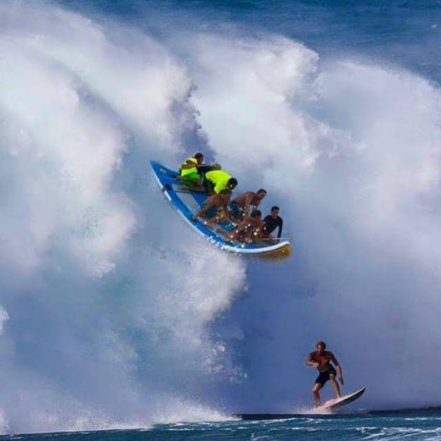 Jamie O'Brien surfa onda grande e quase é atropelado por canoa havaiana (Foto: Reprodução/Instagram)