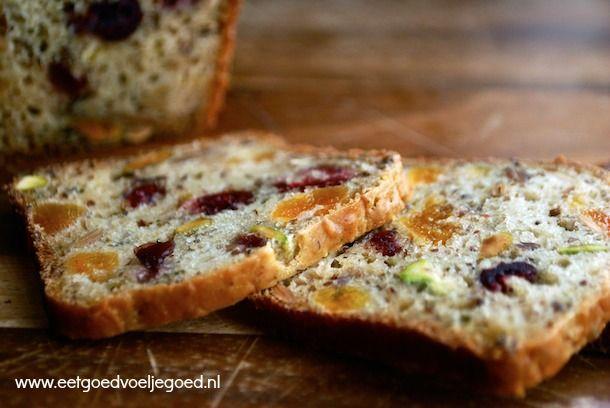 Paleo Fruit en Noot Brood | Dit brood was een ware verrassing! Tjokvol gedroogd fruit en noten en alleen gezoet met bananen. Perfect als ontbijt of snack!