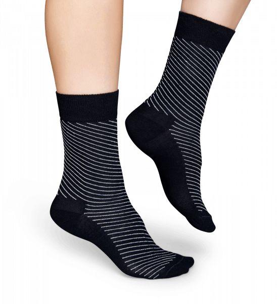 Mot den svarta bakgrunden slingrar sig smala vita linjer runt dessa strumpor. Då de är klassiska och trendiga på samma gång kan de användas vid många olika tillfällen. Den mjuka bomullen gör att både män och kvinnor kommer att älska känslan av att ha dem på sina fötter.