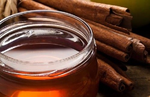 De la cannelle et du miel pour combattre l'arthrite.  Cette combinaison est également efficace pour un usage local. Vous pouvez utiliser un bandage sur la zone à traiter, ou boire une infusion avec de la cannelle en bâton et une à deux cuillérées de miel.