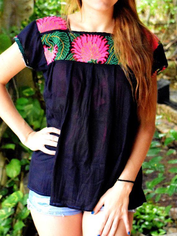 Blusa Mexicana Negra Bordada a Mano / Diseño por FlorDeKahlo