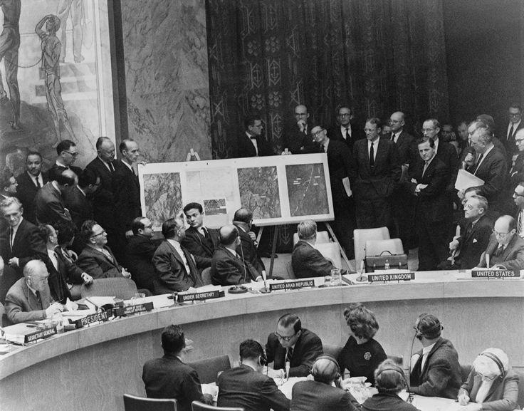 Заседание Совбеза ООН в Нью-Йорке. На стенде — аэрофотосъемка ракетных комплексов на Кубе, 25 октября 1962 года