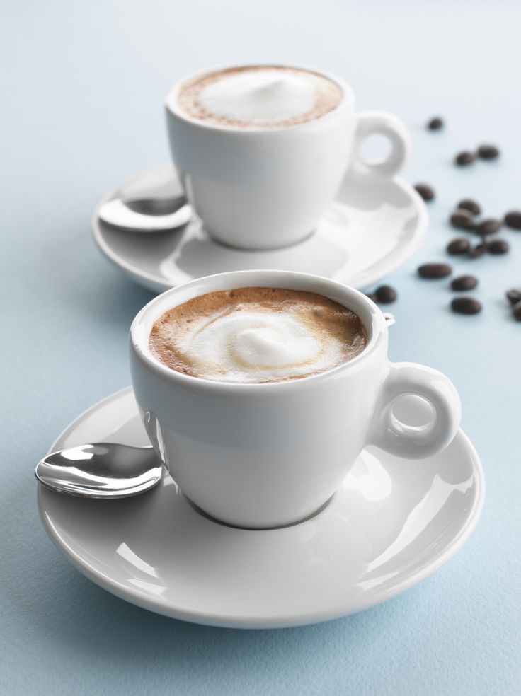 Moccachino's zijn perfect als je niet van zwarte koffie houdt, maar wel van cacao en melk. Zet een sterk kopje espresso, gebruik hiervoor je favoriete koffiebonen. Schuim de warme melk op met een handschuimer, garde of een elektrische melkopschuimer. Hoe voller je melk, hoe beter deze zal schuimen. Neem een flinke theelepel cacaopoeder en schep […]