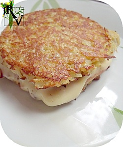 4 croque végétarien * 800 g de pommes de terre * 2 oeufs * 2 tranches de jambon végétal * 4 à 8 tranches de fromage * sel, poivre 1] râpez les pommes de terre. Ajoutez oeufs battus. Assaisonnez et mélangez. au four, Répartir la préparation sur plaques sulfurisées. Bien tasser le tout. Enfournez à 180° 35 mn la galette doit commencer à dorer, les bords doivent être croustillants. Sortir du four, Décollez feuille de cuisson. Découpez plaque de pommes de terre en carrés.3] Formez croque…