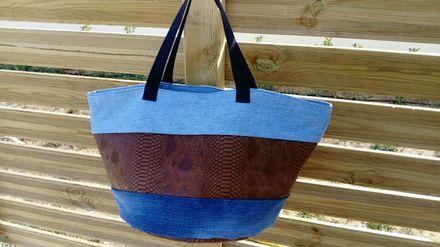 Grand cabas sac fourre tout rond, avec un fond en simili imitation cuir marron , et tissu jean's.  Le fond du sac mesure 39cm de diamètre, 31cm de hauteur, avec deux poignées de  - 20945965
