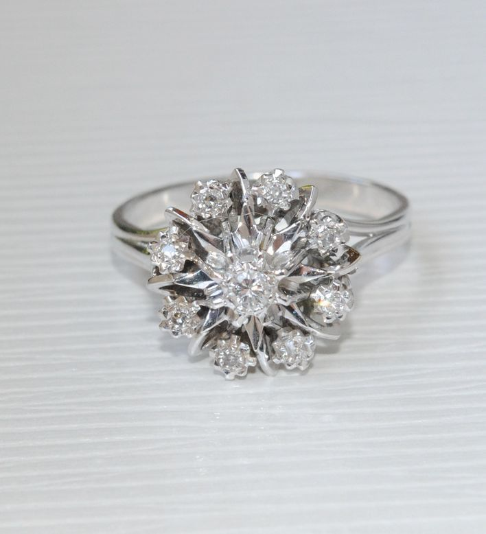 un peu grande, mais beau motif BAGUE ANCIENNE MARGUERITE 1950 EN OR BLANC 18 K CARATS ORNEE DE DIAMANTS