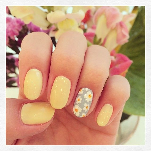 一箇所だけお花♡さりげなさがかわいいイエローネイル♡両家顔合わせ・結納にぴったりの黄色ネイル♡