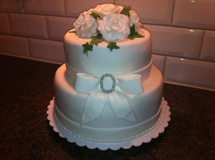 Översta två våningarna (av fem) på en bröllopstårta helt i vitt och grönt. #bröllopstårta #weddingcake #sockerkonst #sockerrosor #våningstårta #stackedcake