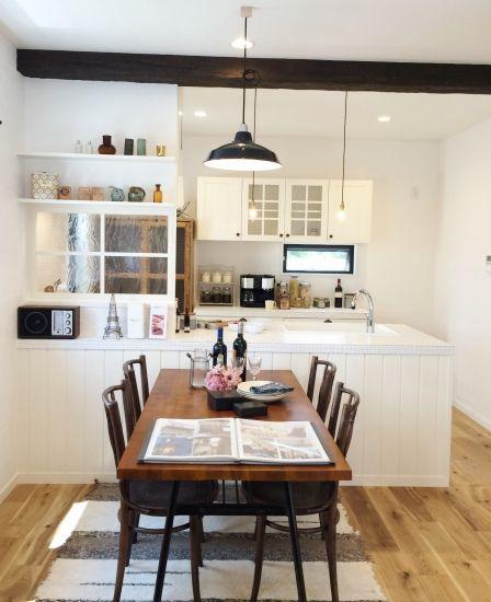 白いタイルのキッチンがかわいいおうち
