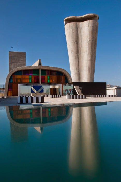 Daniel Buren instala espejos y cristales de colores en la azotea del Cité Radieuse, de Le Corbusier