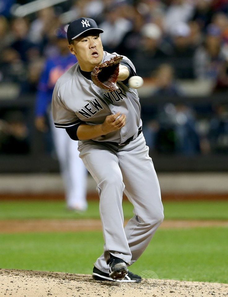 14MLB、ニューヨーク・メッツ(New York Mets)対ニューヨーク・ヤンキース(New York Yankees)。打球に手を伸ばす田中将大(Masahiro Tanaka、2014年5月14日撮影)。(c)AFP/Getty Images/Elsa ▼15May2014AFP|田中がメジャー初完封で無傷の6勝目、初安打も http://www.afpbb.com/articles/-/3015004 #Masahiro_Tanaka #New_York_Yankees