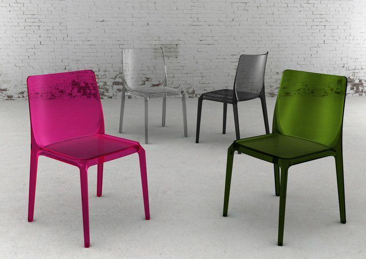 Blitz Stapelbar designstol  http://www.swefurn.se/besoksstolar/   Stabelbar design stol i formgjuten polykarbonat. Tillgänglig med dyna. Se detaljbild för antihalk sittyta.  Finns i ett flertal färger och även helt transparent.   Sitsen har en skrovlig yta och kan ha en infälld stoppning, som finns med olika tyger.
