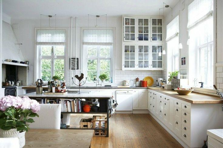 armarios con puertas de cristal en la cocina clásica moderna
