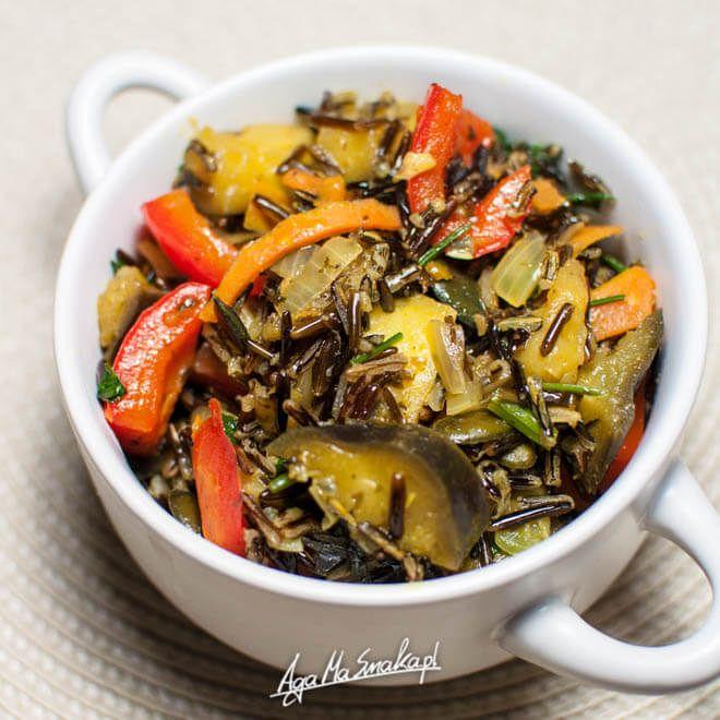 Dziś bardzo szybkie (ale jakże aromatyczne!) danie obiadowe, ale nie tylko. Sprawdzi się również wspaniale jako zdrowa kolacja. Bardzo brakuje mi owoców i warzyw dostępnych w sezonie letnim, ale okazuje się, że również w miesiącach jesienno-zimowych może być kolorowo i…