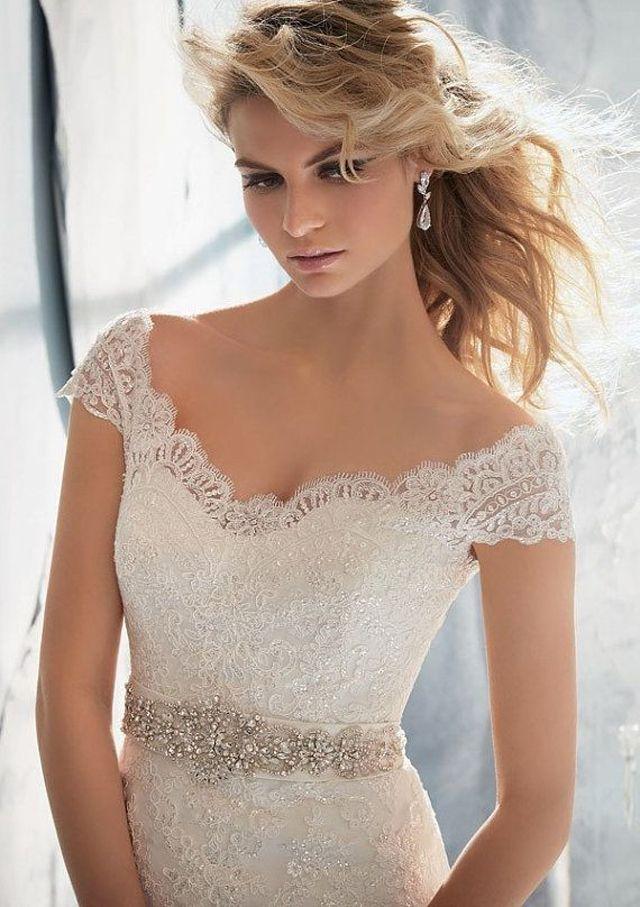 O vestido de noiva com decote ombro a ombro, é uma forte tendência para 2015, e ele um clássico que voltou a moda, então aposte!