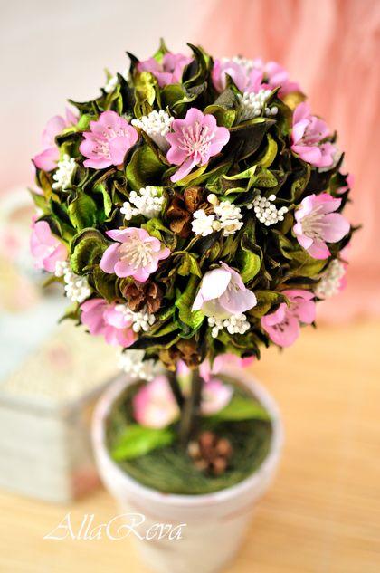 Топиарий `Аромат весенних цветов`. арома-топиарий из сухоцветов и тканевых цветов, необычайно нежный, трепетный, солнечный, летний....    идеальный подарок для тех, кто очень дорог!!!!    Высота 28см  шар в диаметре…