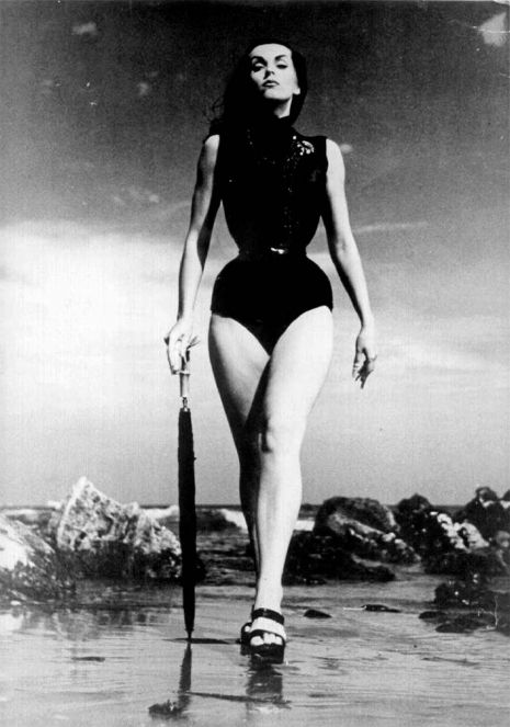 'Plan 9 from Bikini Beach': Glamourous beatnik ghoul girl 'Vampira' goths it up back in the 1950s | Dangerous Minds