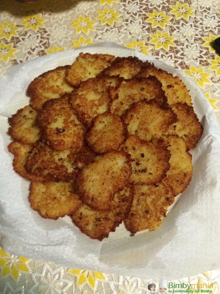 Frittelle di patate Bimby, una ricetta veramente semplice per preparare in quattro e quattr'otto un goloso antipasto fritto. Ingredienti: 1 kg di patate...